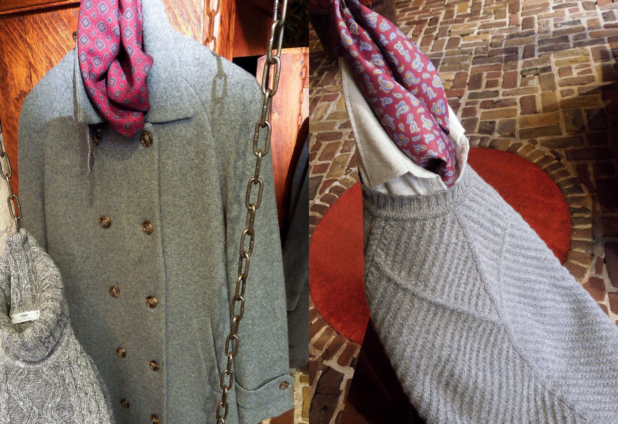 14 – Grijze jas rode sjaal split grijze trui