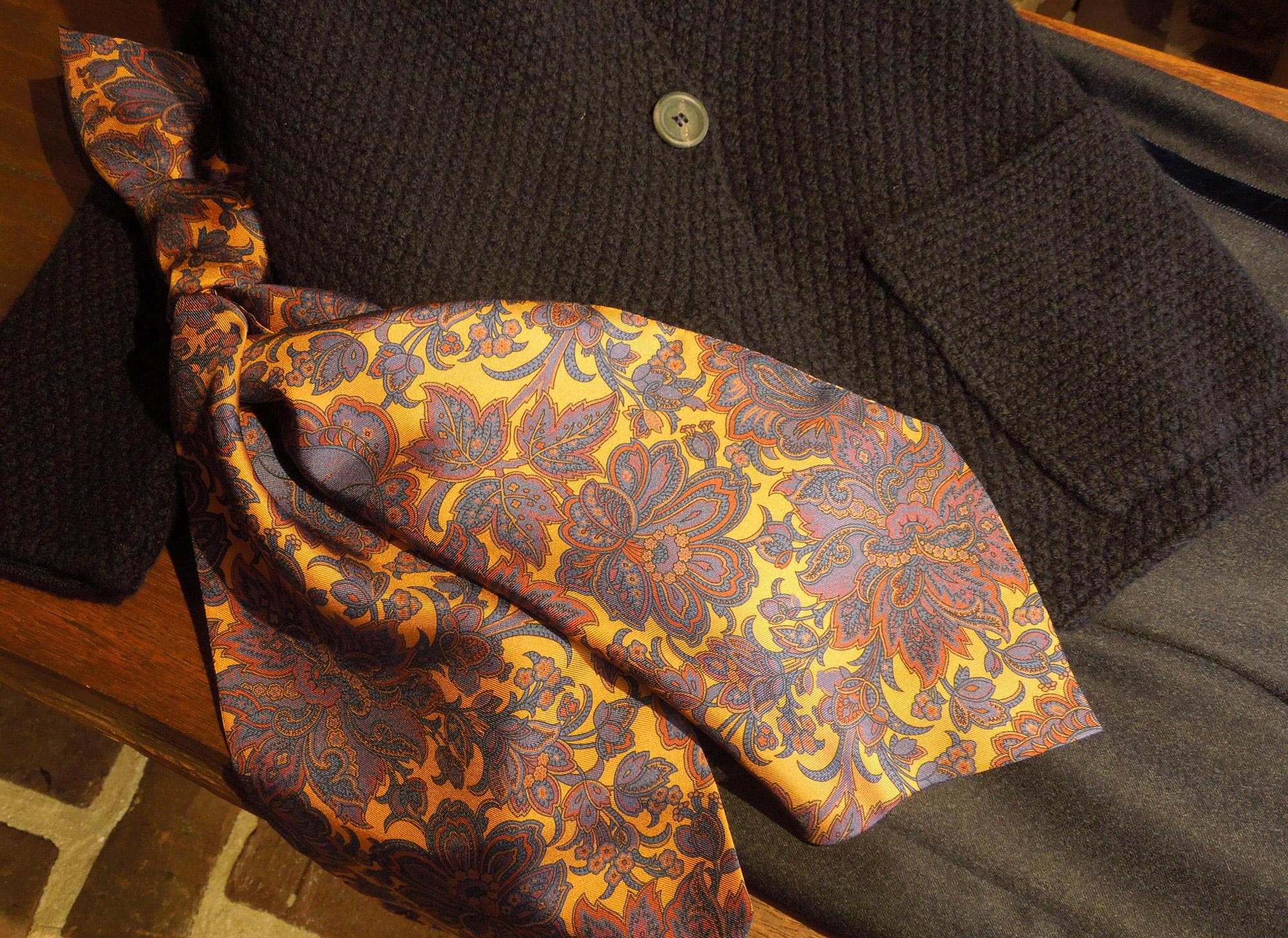 9 – Donkerblauwe trui – paisley sjaal